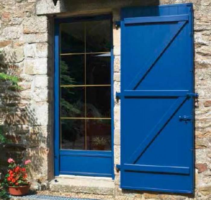 fenêtre et volet bleu extérieur