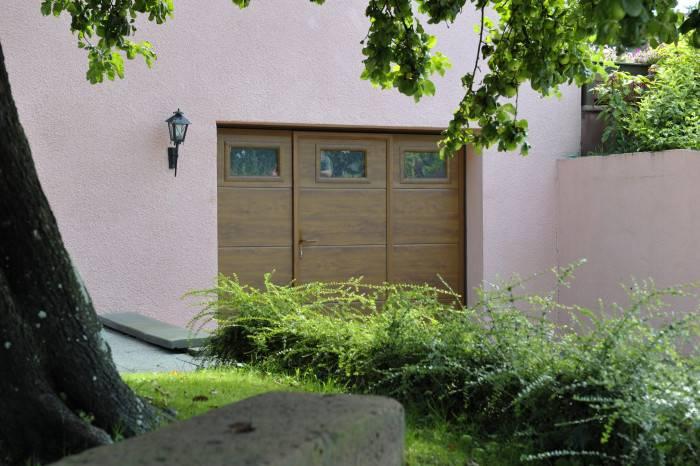 Porte de garage avec hublots