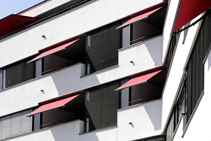 Store banne balcon rouge