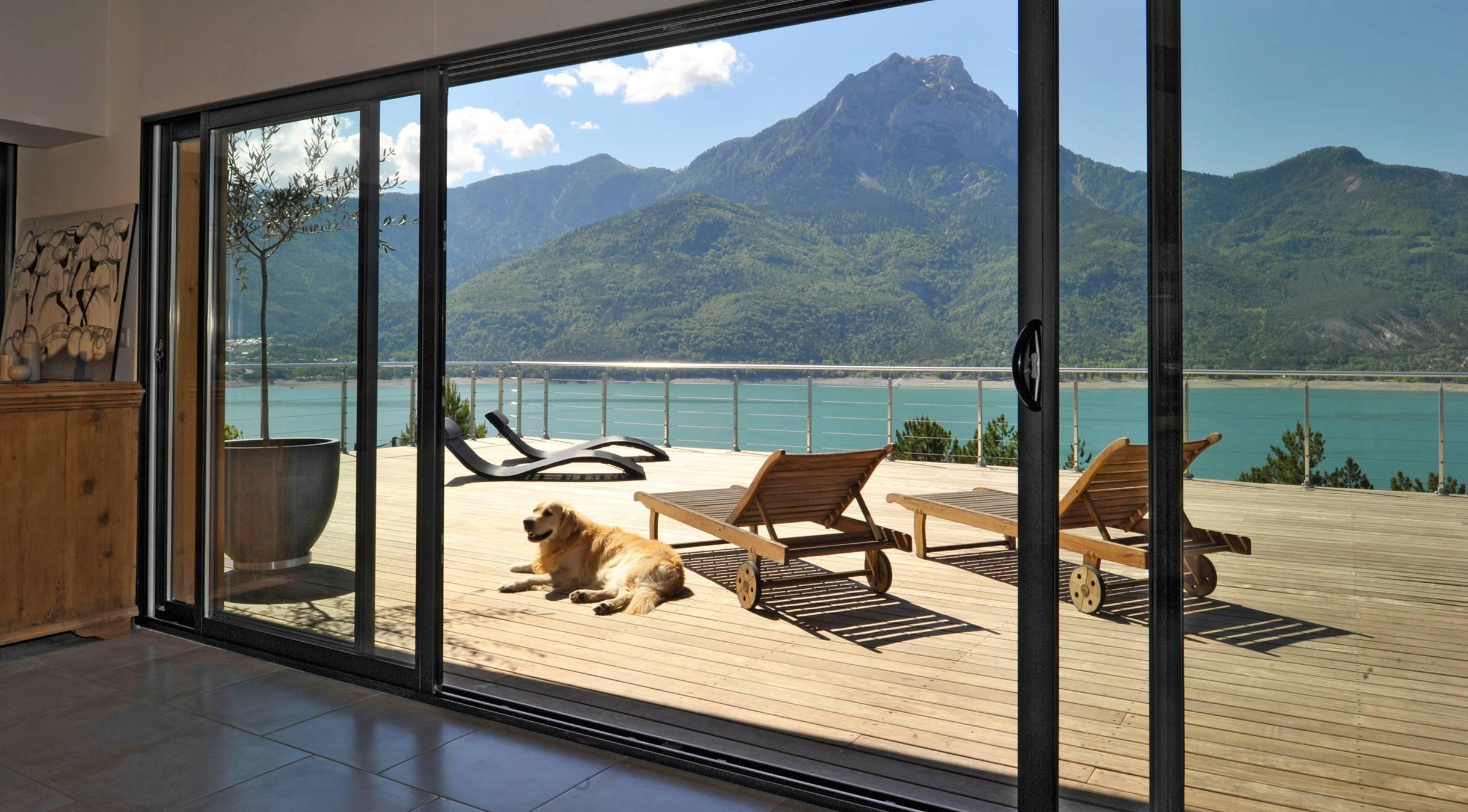 de l 39 espace avec les baies vitr es tryba. Black Bedroom Furniture Sets. Home Design Ideas