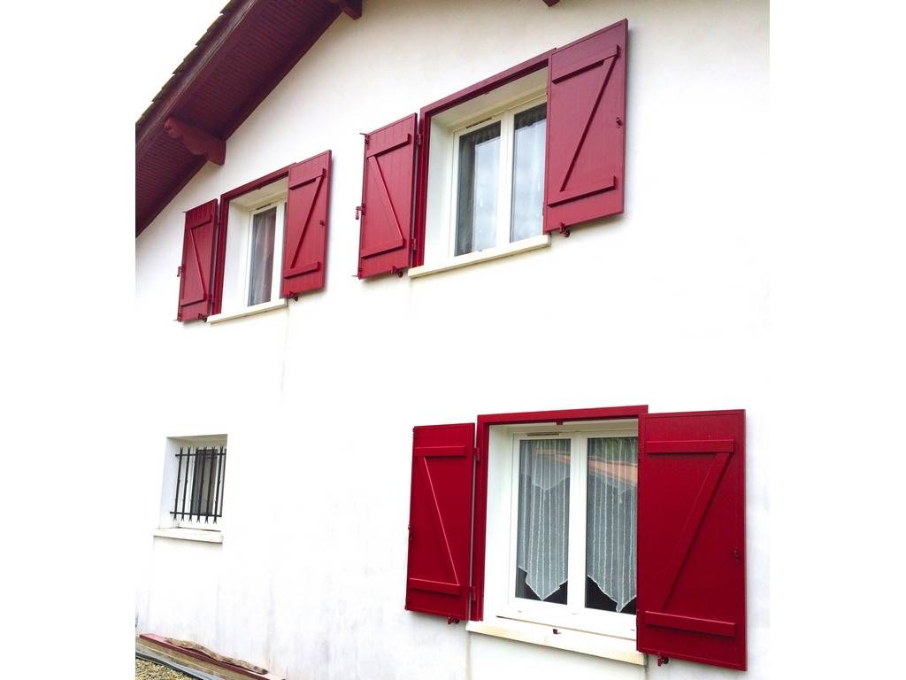 volets urcuit menuiseries rouge basque par tryba. Black Bedroom Furniture Sets. Home Design Ideas