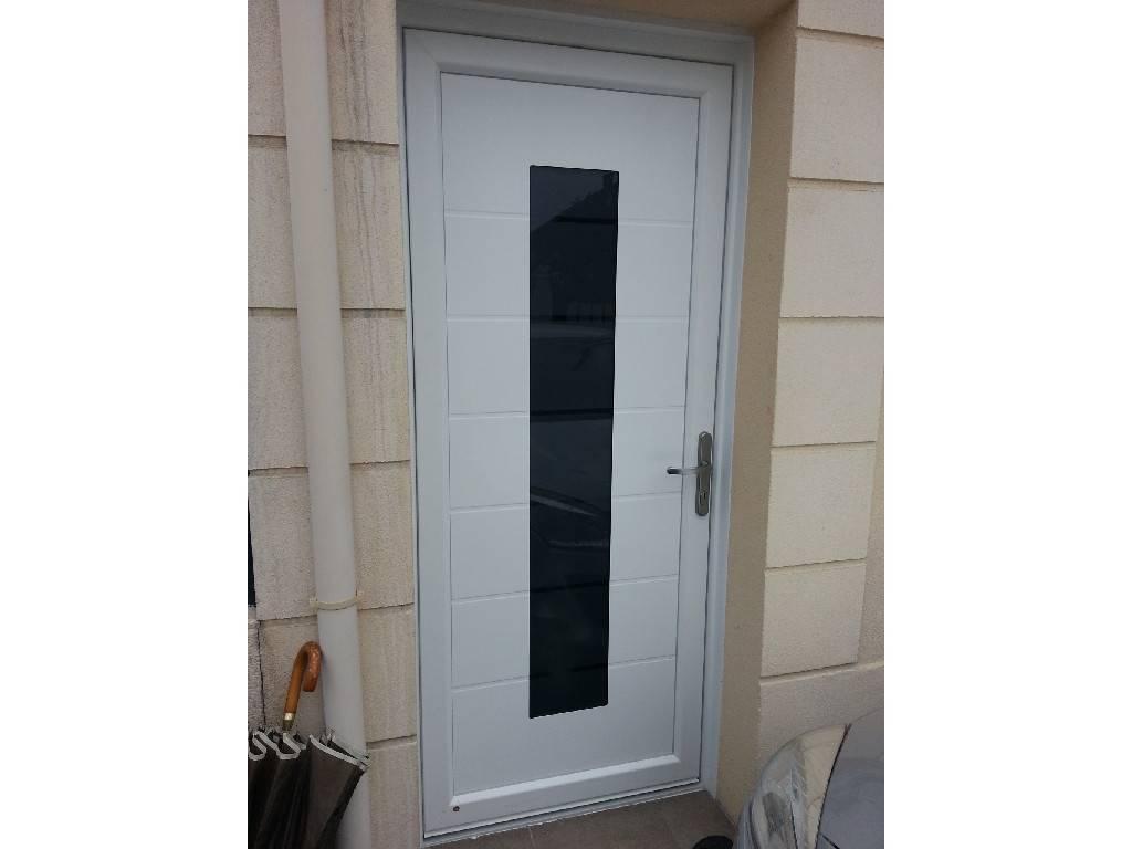 Porte d 39 entr e pvc aluminium blanche vitr e for Porte aluminium blanche