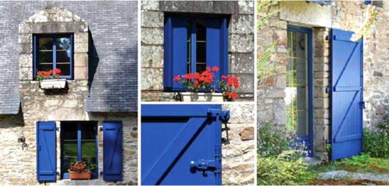 fenêtres et volets bleus extérieur